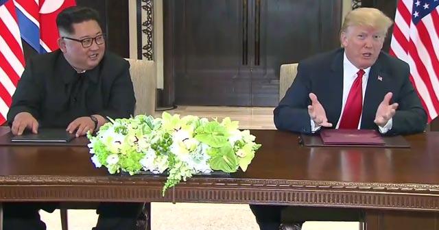 包括的な合意文書に署名するトランプ大統領と金正恩労働党委員長