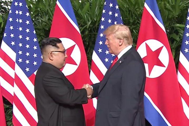 米朝首脳会談 トランプ大統領と金正恩労働党委員長の握手